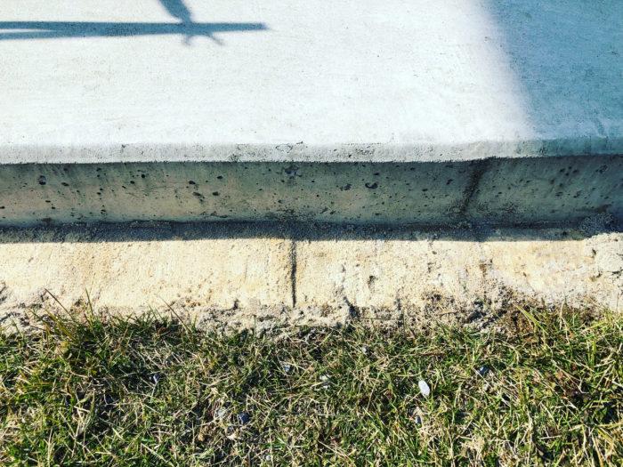 芝生のキワ刈りを保つためレンガ